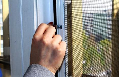 монтаж сеток на окна в москве